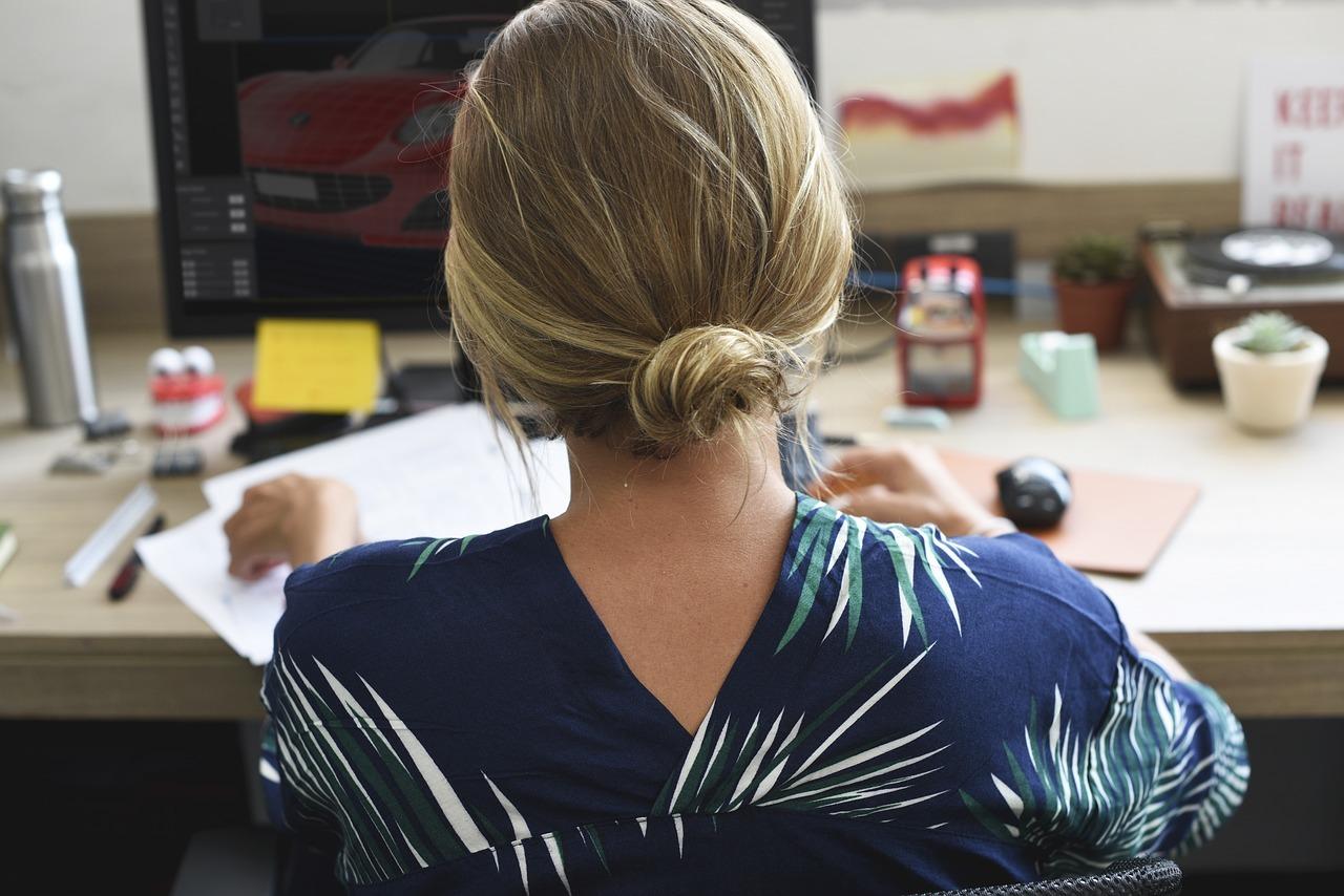 Auch im Büro kannst du dich durch Atemübungen entspannen.