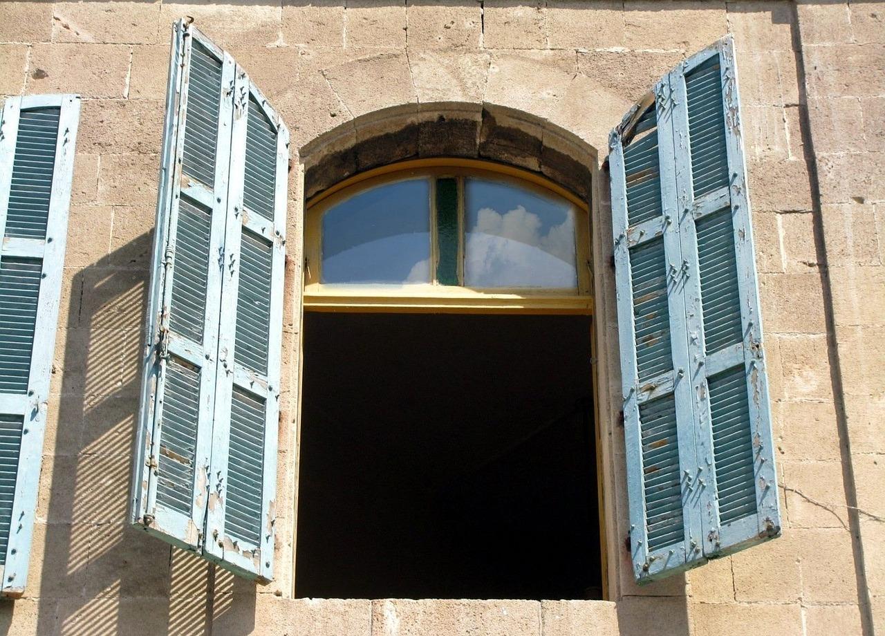 Stoßlüften mit weit geöffneten Fenstern senkt die Luftfeuchtigkeit schnell und effektiv