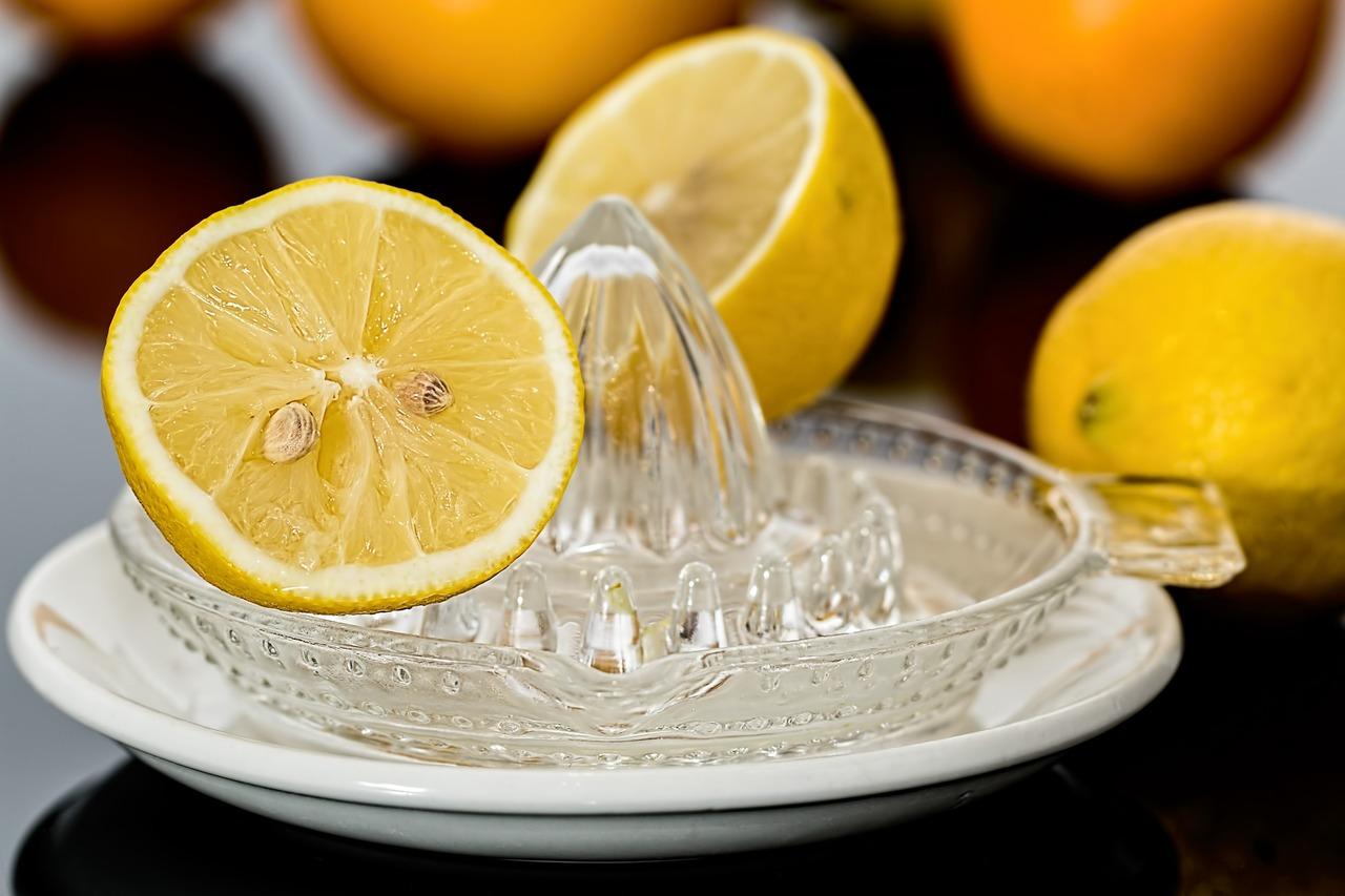 Zitronensaft im Shampoo reguliert die Talgproduktion