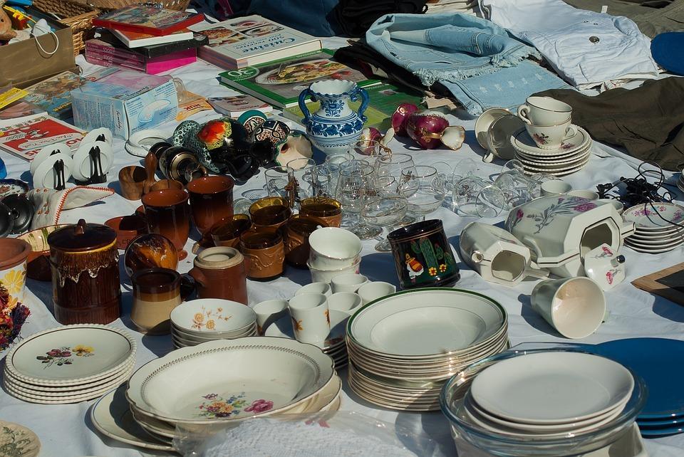 Aussortierte Sachen kannst du auf Flohmärkten oder Onlinebörsen weiterverkaufen.