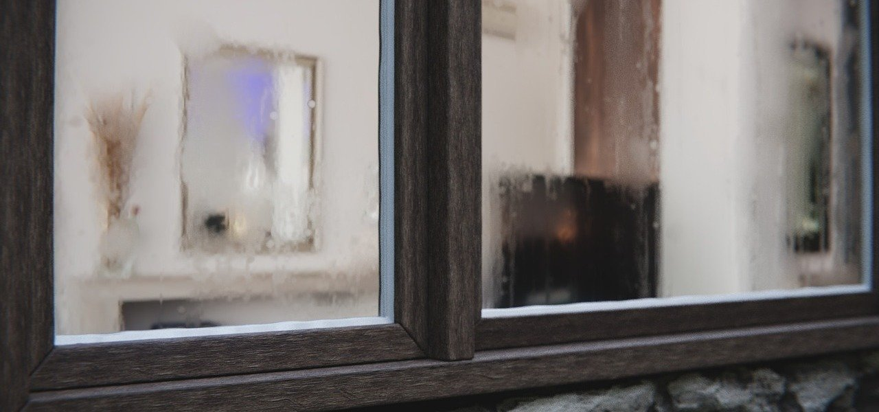 Beschlagene Fenster sind ein sicheres Anzeichen für zu hohe Luftfeuchtigkeit.