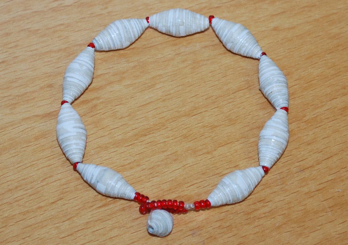 Das fertige Armband aus den selbst gebastelten Perlen aus Papier.