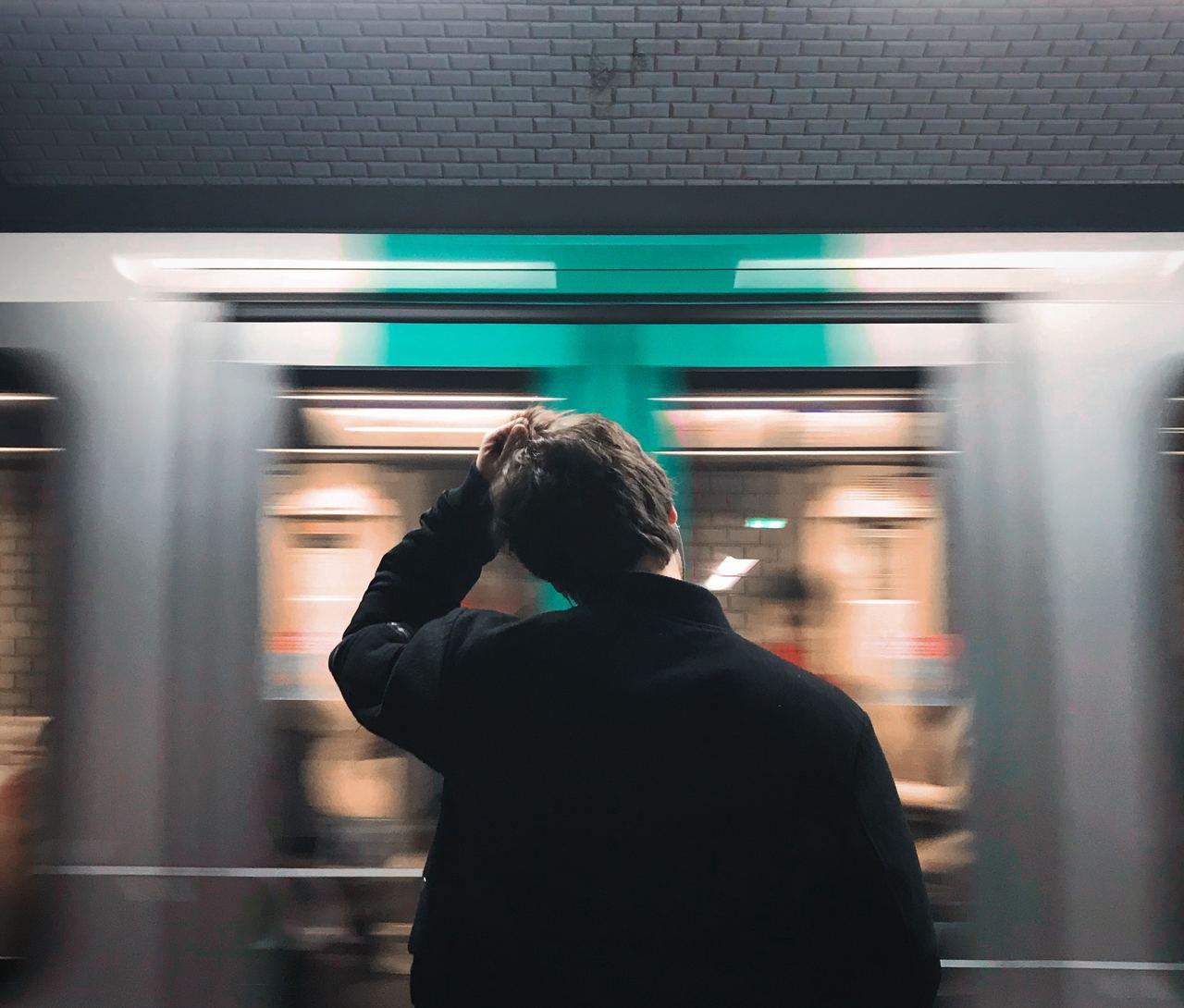 Die Bahn verpasst? Bloß nicht aufregen - negatives Denken kann dir und anderen schaden.