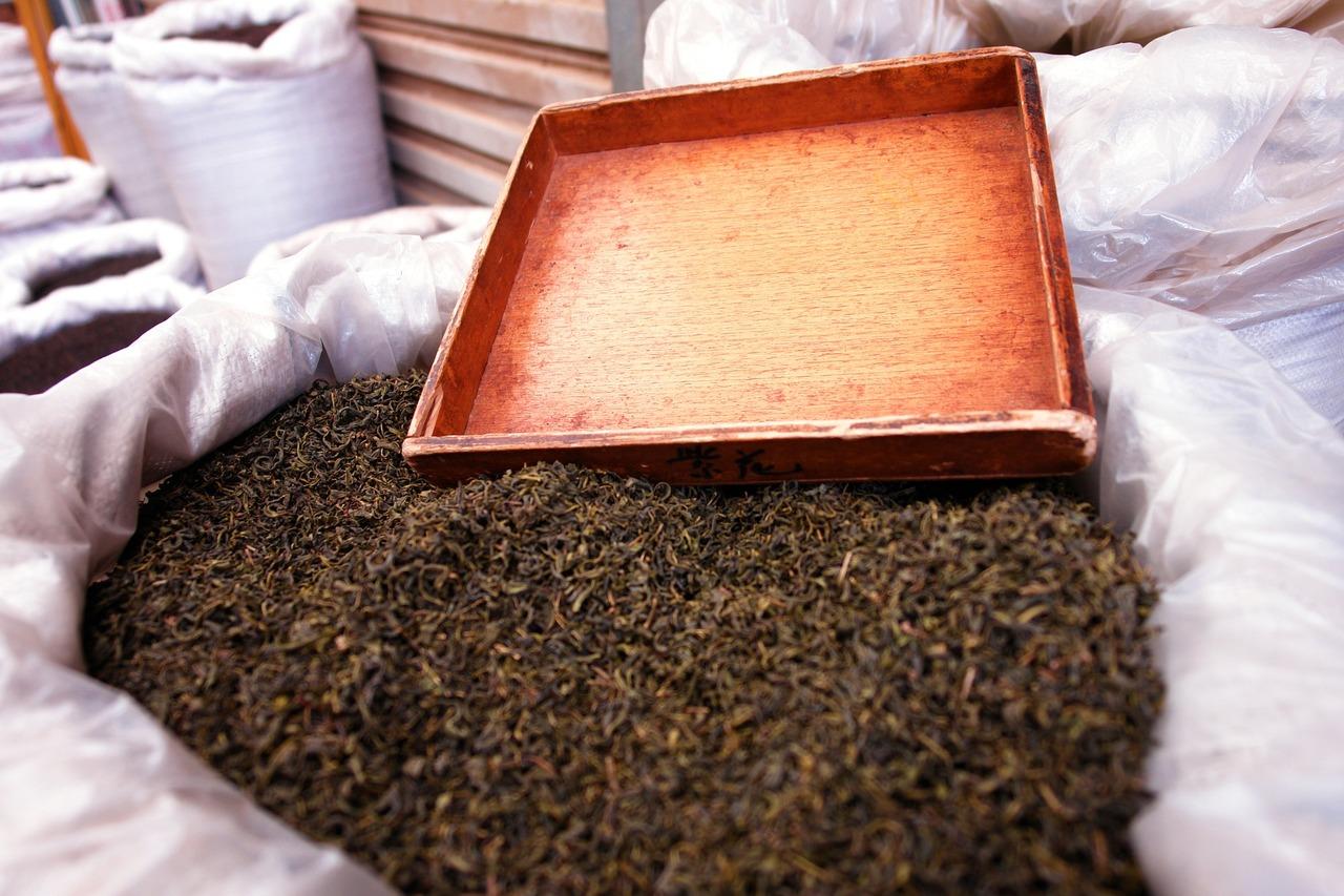 Die getrockneten und gerollten Teeblätter erhalten ihre charakteristische dunkle Farbe bei der Fermentation.