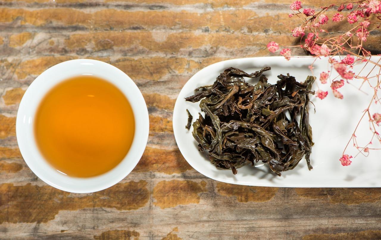 Eine leichte Teesorte wie der Darjeeling ergibt bei kurzer Ziehzeit einen hellen Aufguss.