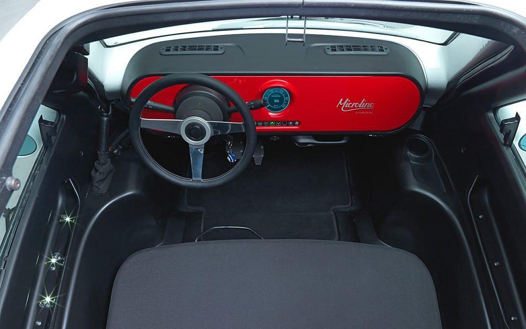 Microlino Cockpit (von oben) mit kreisrundem Touchscreen