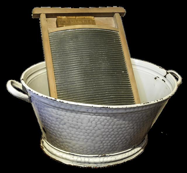 Früher wurde ein Waschbrett beim Wäsche waschen verwendet.