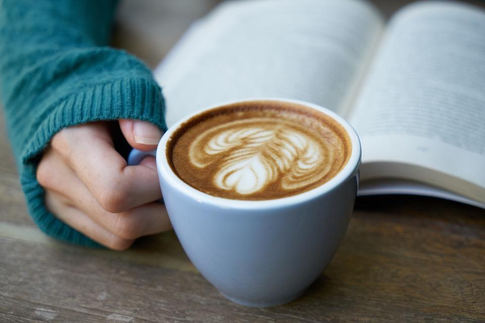 Für die Produktion von einer Tasse Kaffee wird sehr viel Wasser verbraucht.