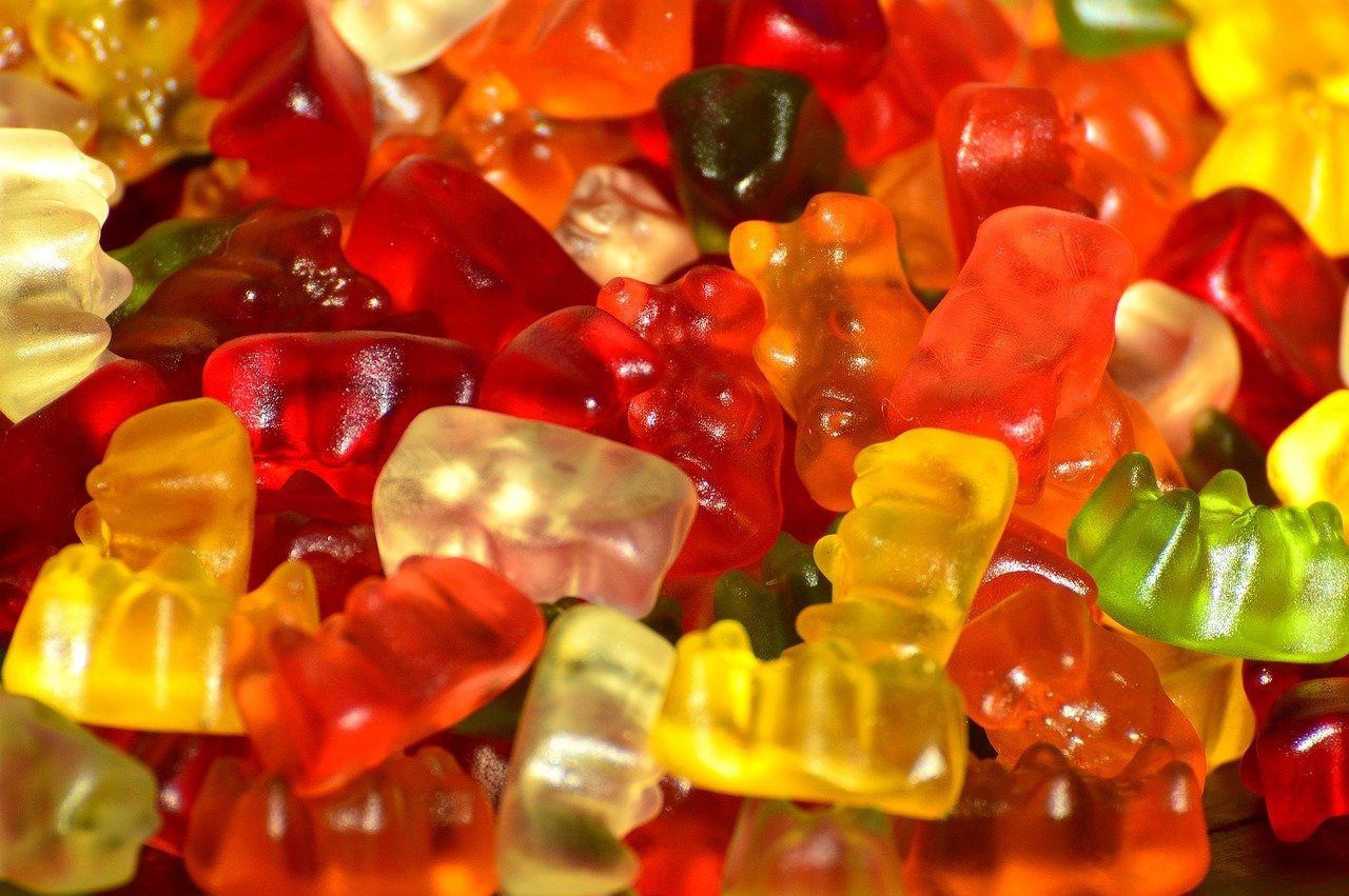 In herkömmlichen Gummibärchen sind oft viele Zusatzstoffe wie Aromen und wenige natürliche Produkte enthalten
