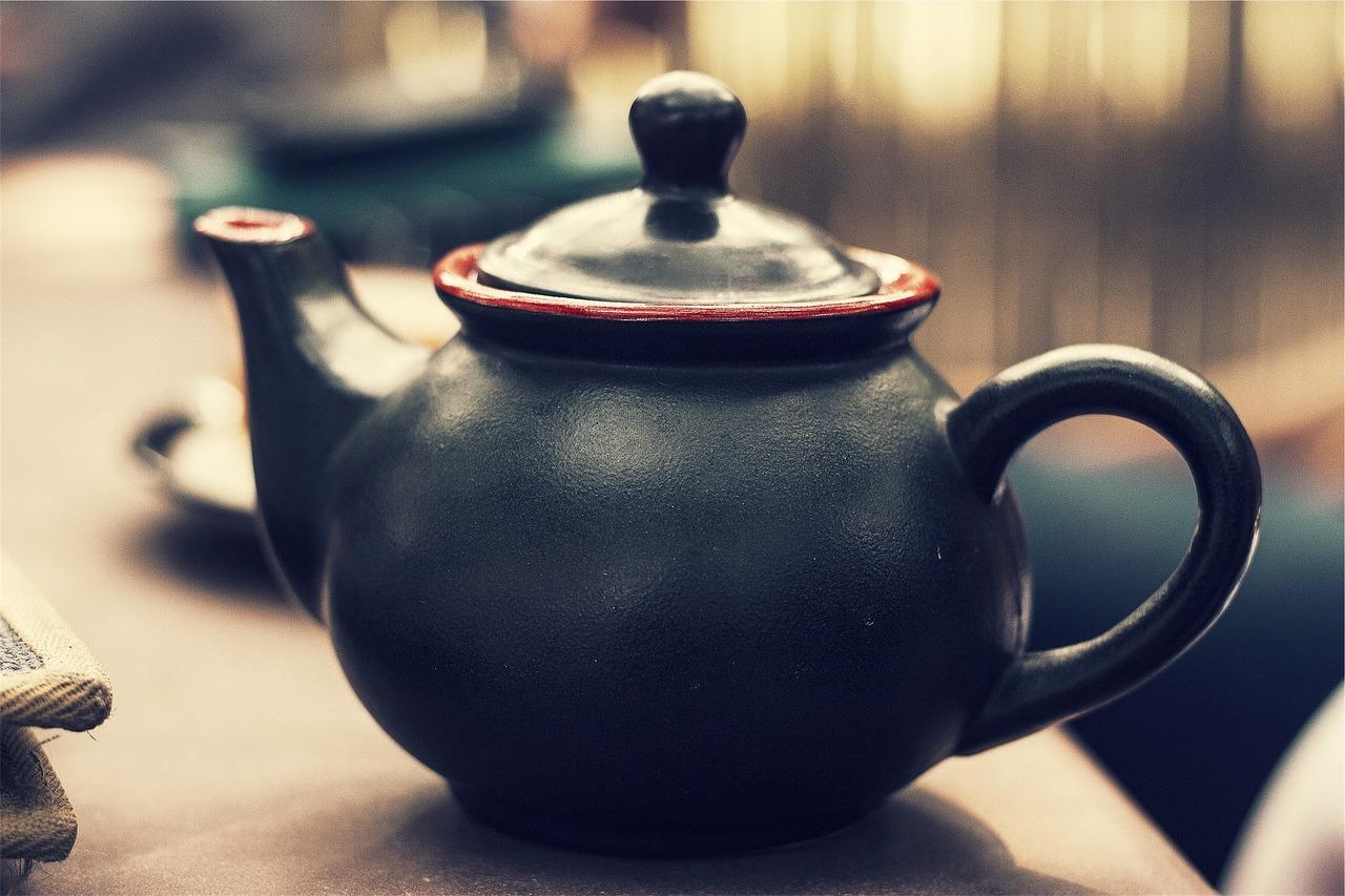 Schwarzer Tee wirkt auch bei längerer Ziehzeit nicht beruhigend, eine bewusst genossene Teepause hingegen schon.