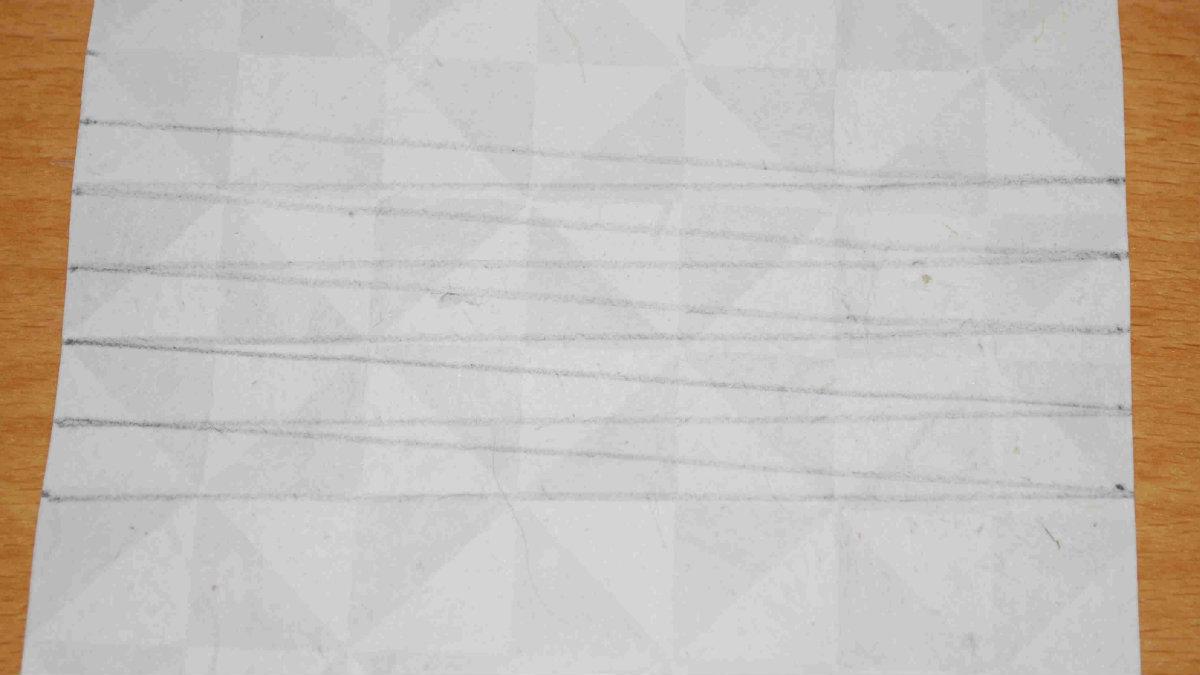 Zeichne Dreiecke auf das Papier, um daraus später die Perlen zu rollen.