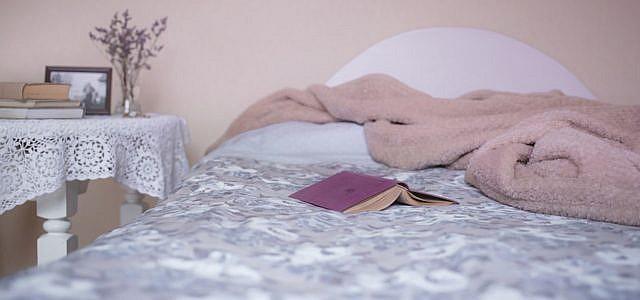 Die Wandfarbe im Schlafzimmer spielt eine wichtige Rolle für erholsamen Schlaf.
