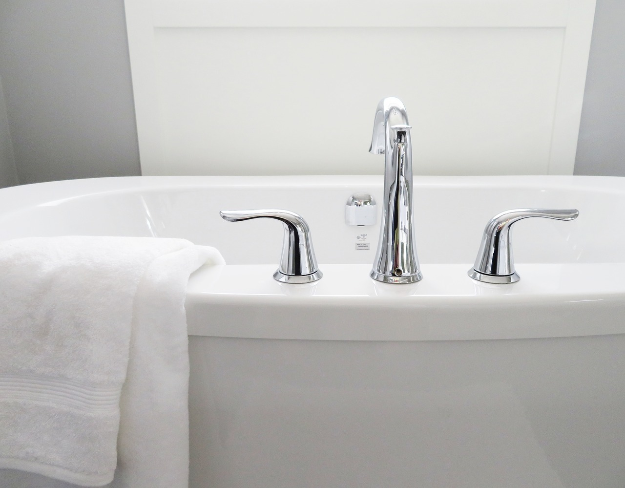 Ein heißes Bad kann Muskelverspannungen lösen.
