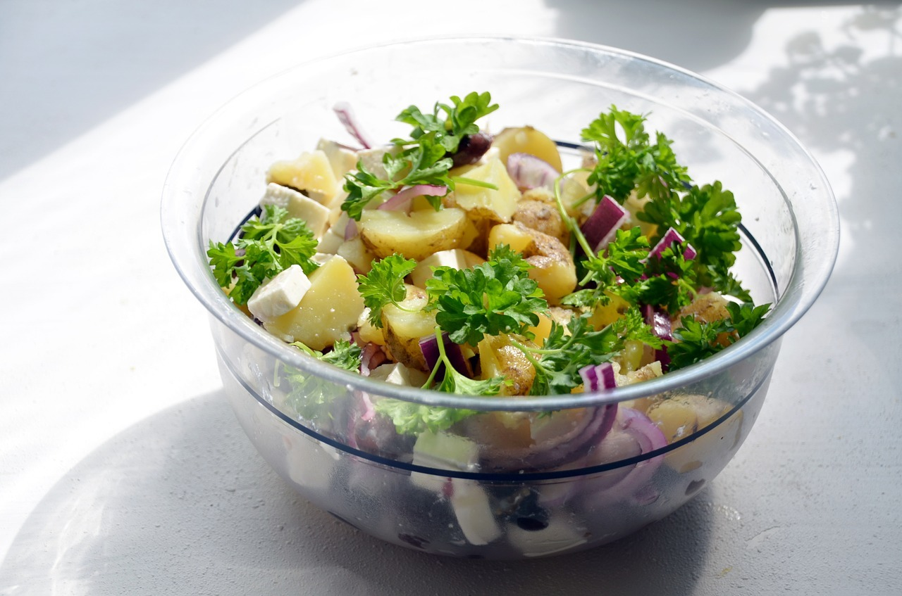 Festkochende Kartoffeln bleiben nach dem Kochen in Form, während mehligkochende Kartoffeln schnell zerfallen.