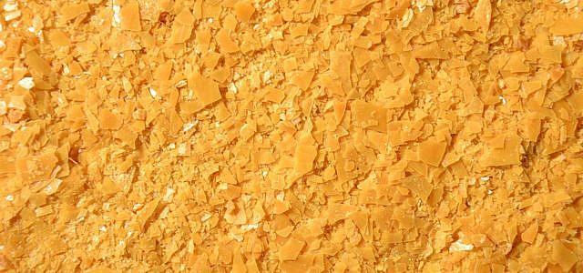 Gelbliche Wachsplättchen - das reine Carnaubawachs