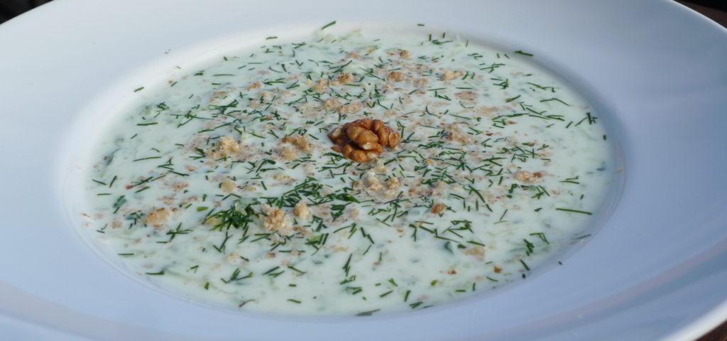 Vegetarisches Low-Carb-Rezept: erfrischende Suppe mit Gurke, Joghurt und Walnüssen