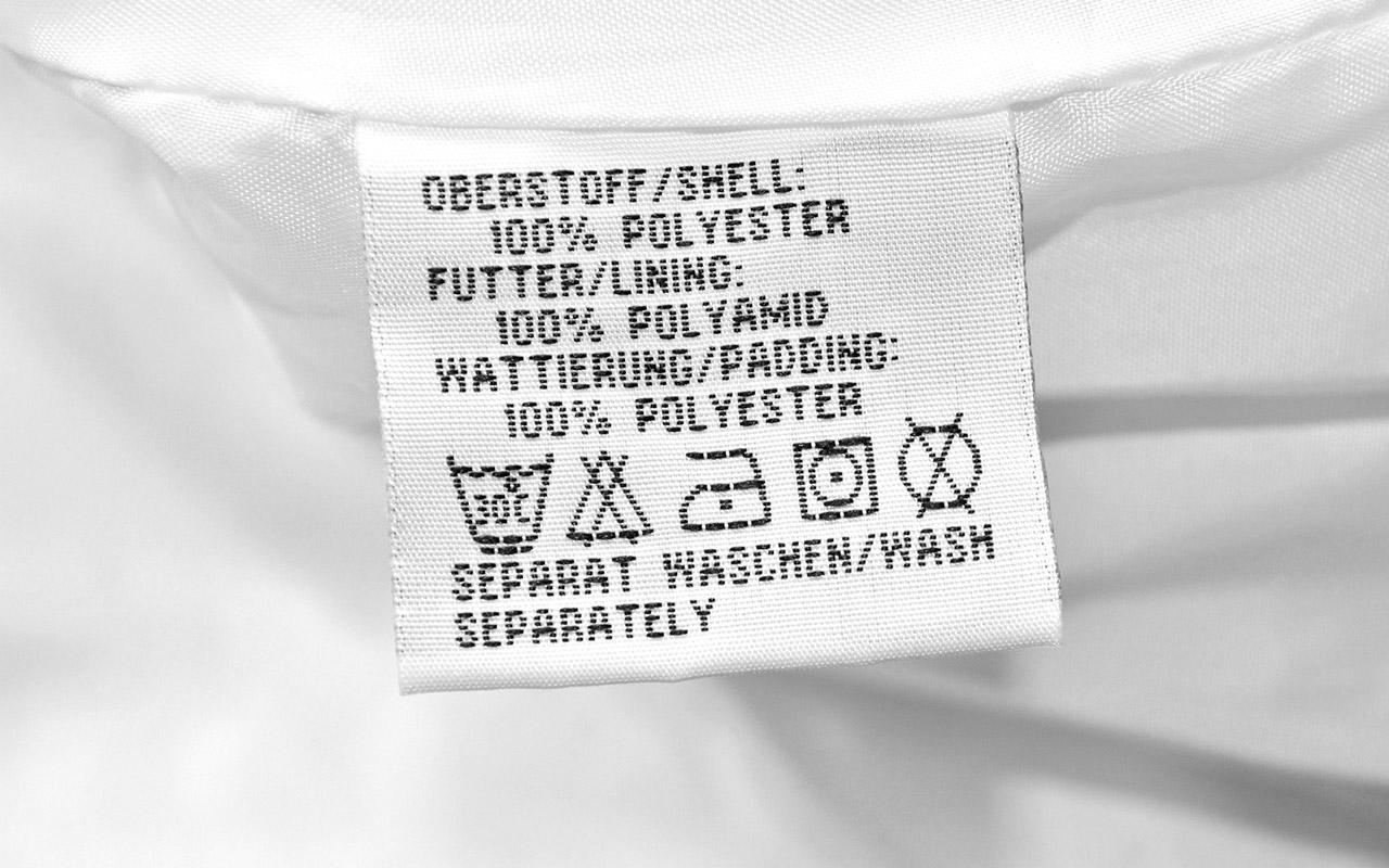 verstecktes Mikroplastik: synthetische Kleidung