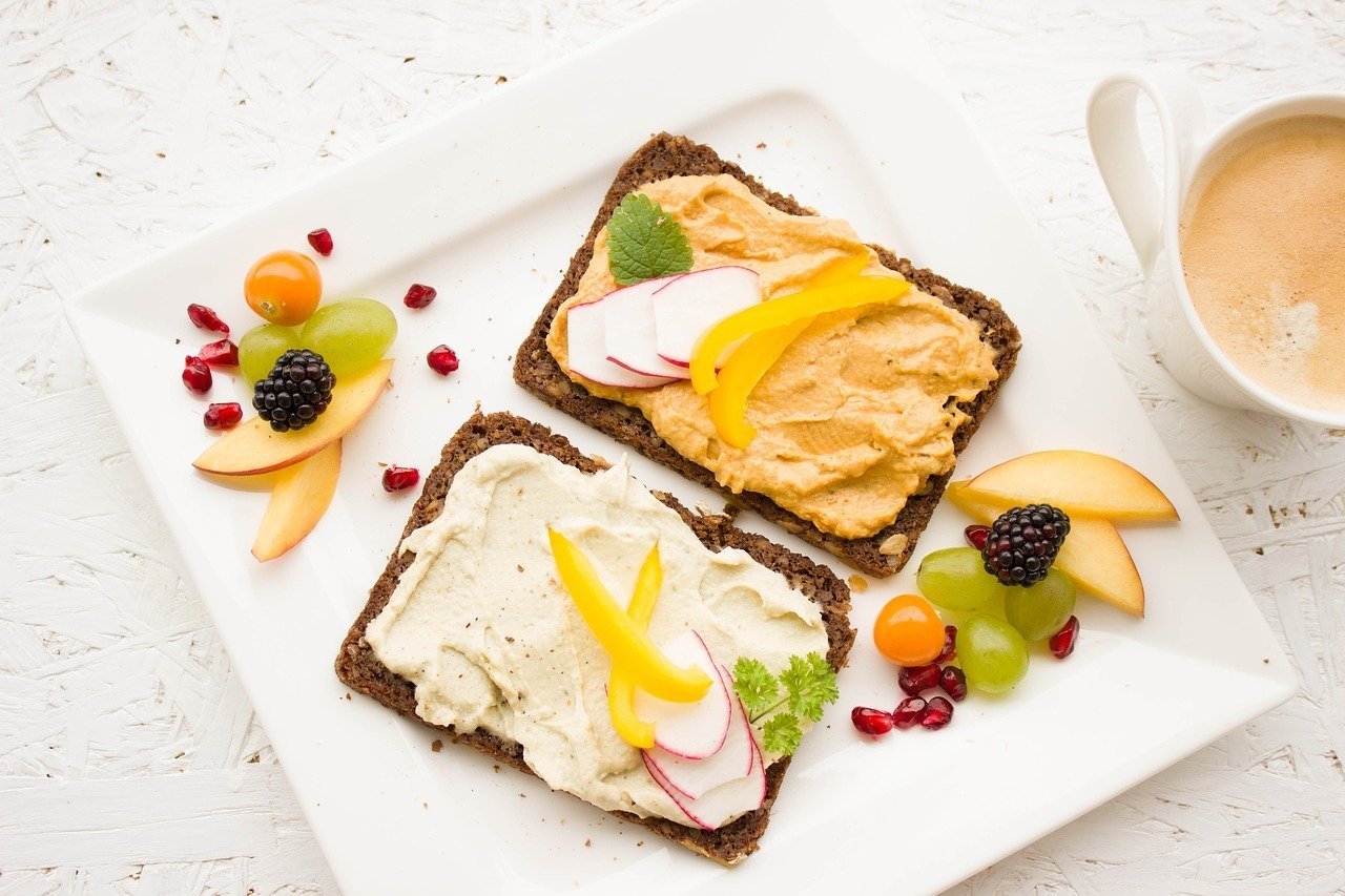 Auf Brot sind Frischkäse und Hummus leckere Alternativen zu Wurst und Schinken.