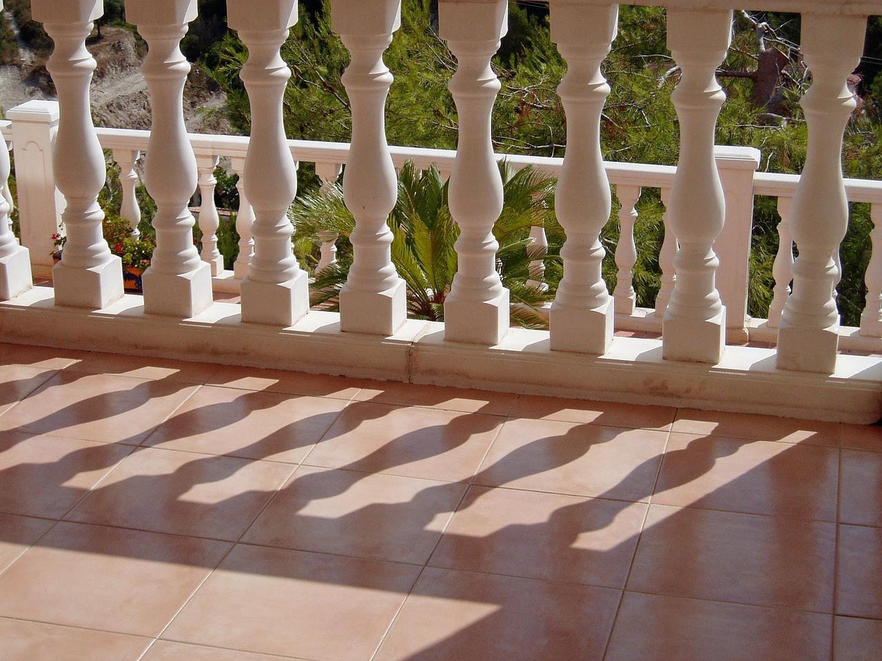 Auf dem Balkon hilft oft schon kräftiges Schrubben.