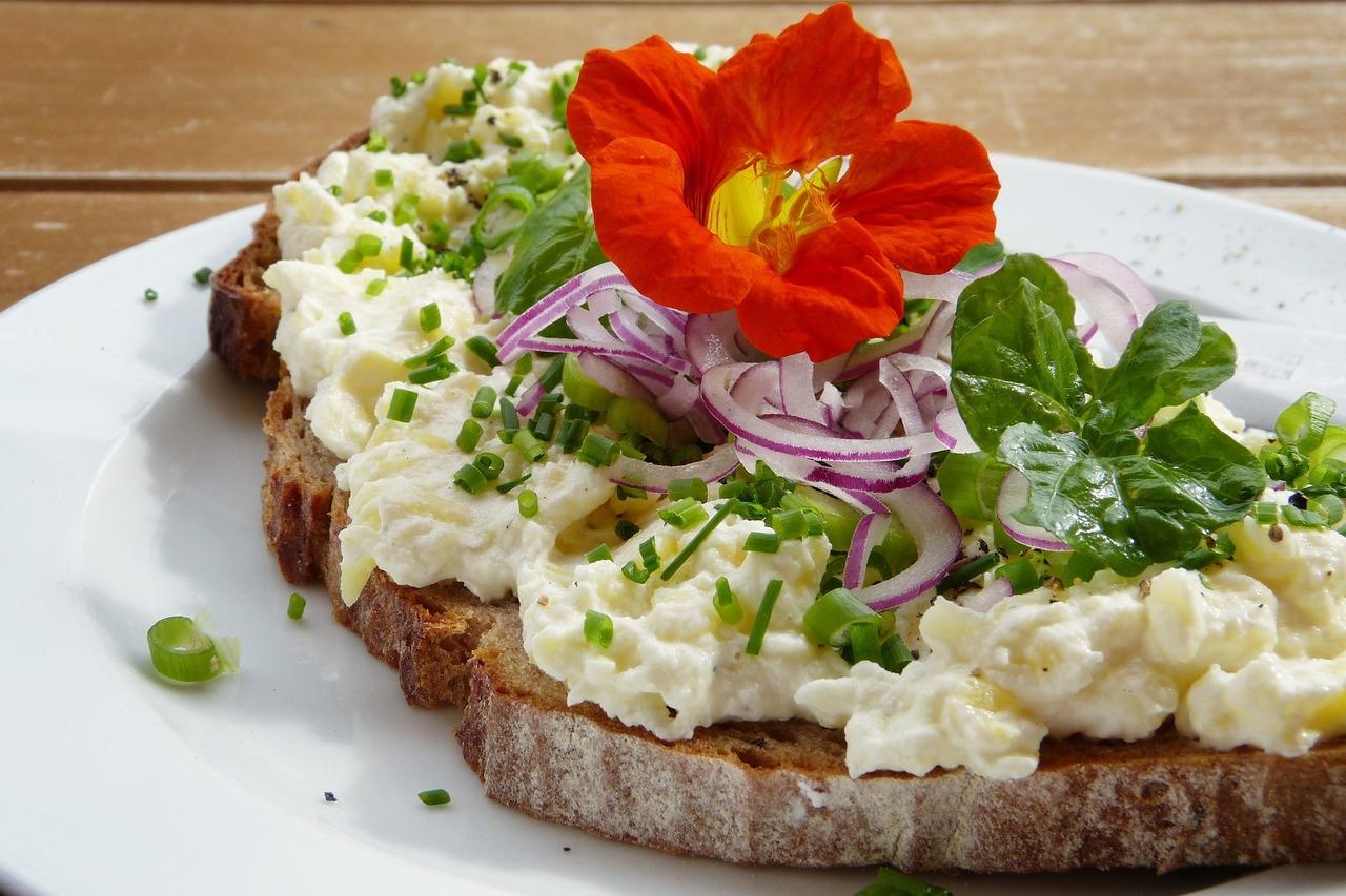 Bringt Farbe und gesunde Senföle auf das Brot: Die Blüte der Kapuzinerkresse