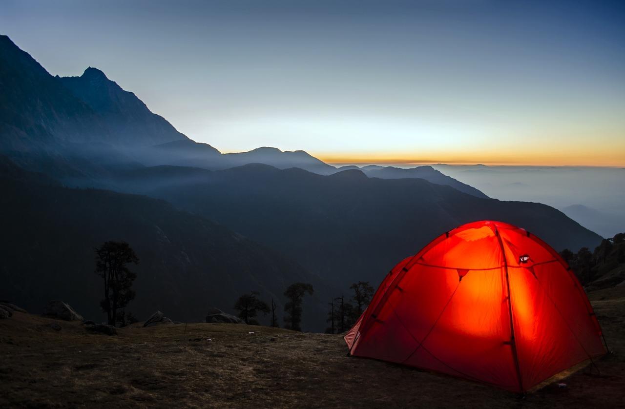 Mit dem Rucksack reisen und im Zelt übernachten - eine mögliche Alternative.