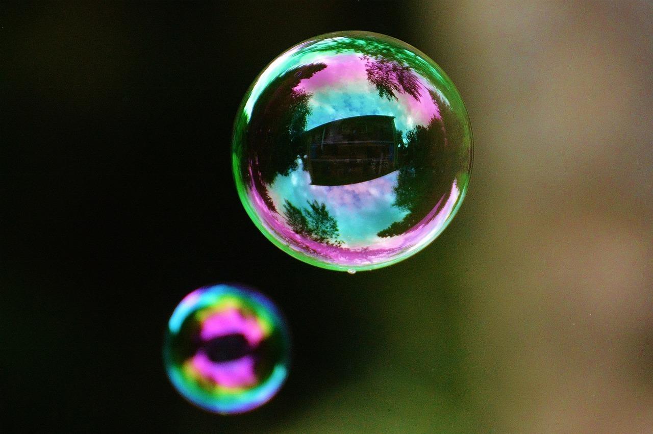 Mit nur 4 Zutaten kannst du Seifenblasen-Flüßigkeit auch ohne Glycerin selber herstellen.