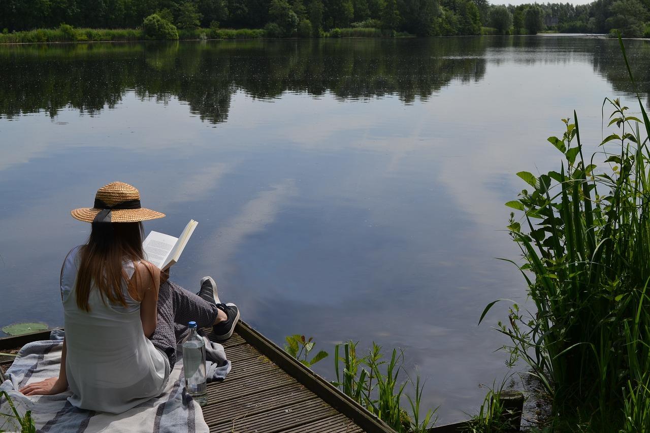 Technikfreier Urlaub - z.B. mit einem guten Buch an einem einsamen See sitzen.
