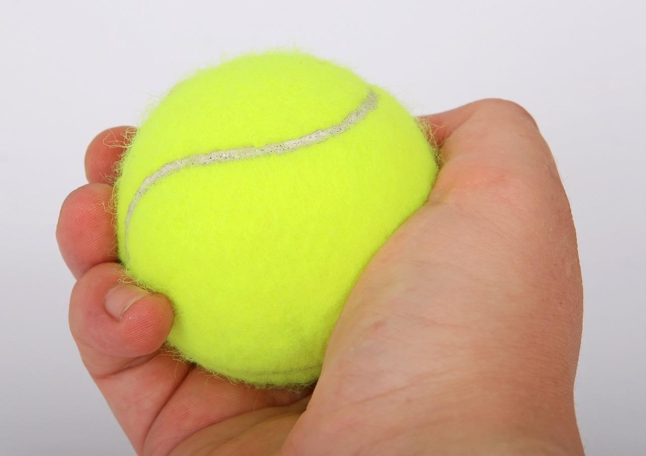 Zwei bis drei Tennisbälle lockern die Daunen in der Maschine auf und verhindern Verklumpungen.