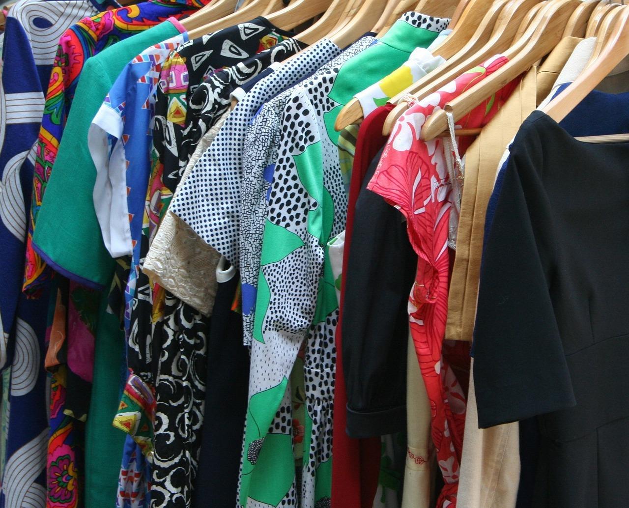 Gebrauchte Kleidung schont die Umwelt und verhindert Ausbeutung in der Textilindustrie.