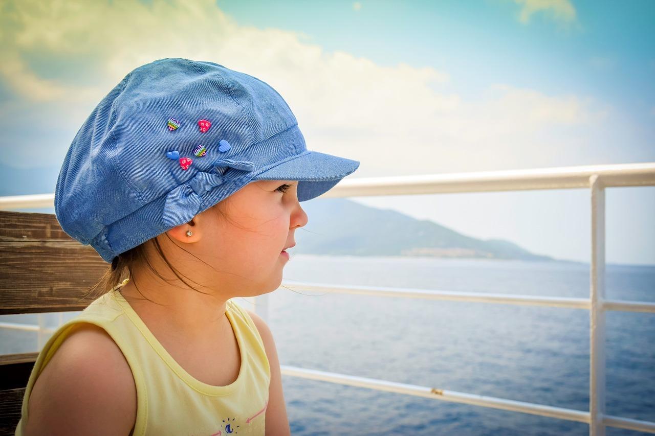 Kinder sollten bei starker Sonneneinstrahlung auch Sonnenhüte tragen.
