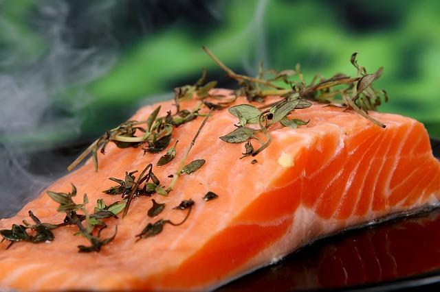 Lachs ist ein sehr eiweißreiches Lebensmittel.