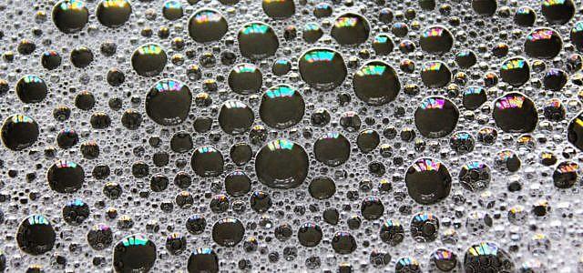 Mizellen-Wasser entfernt Kosmetik ohne Aufwand