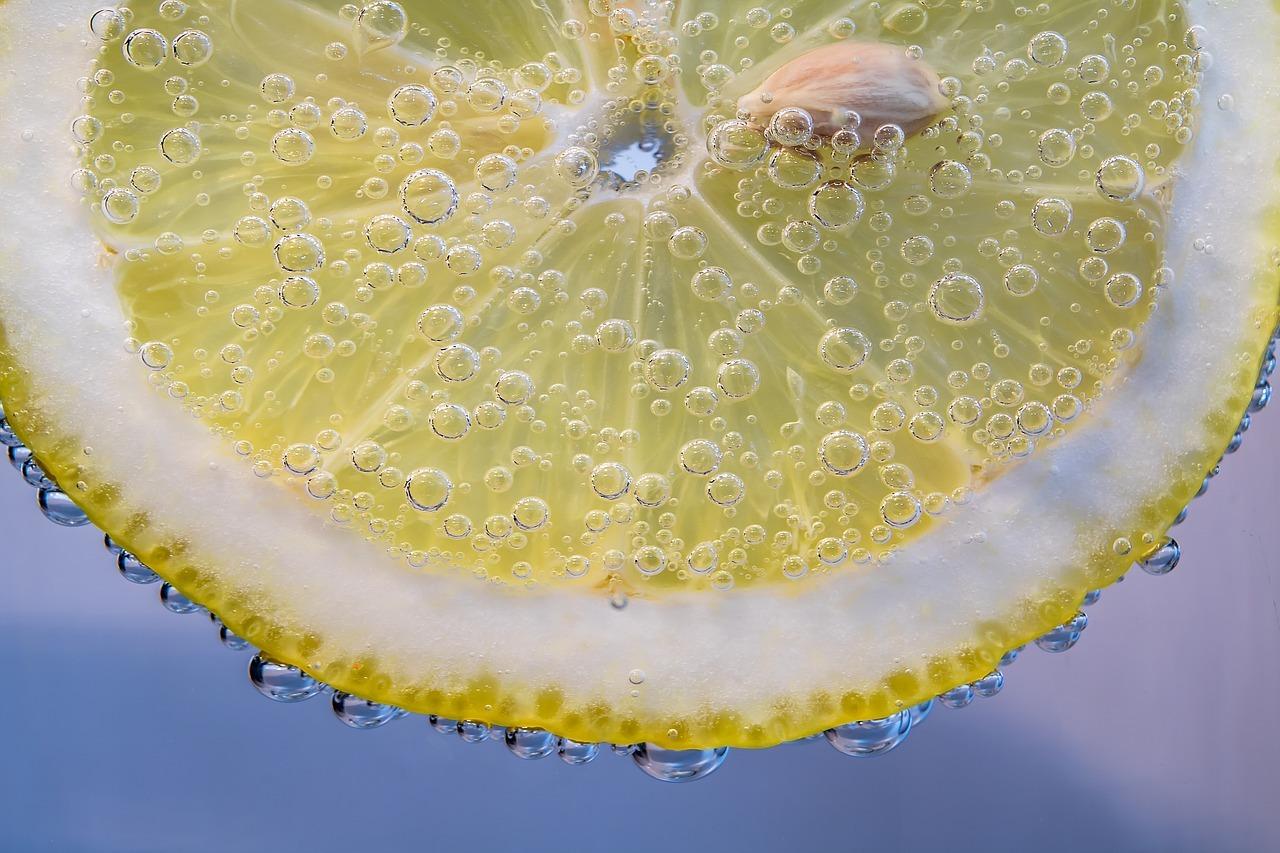 Trotz saurer Zitrone: Zitronenwasser ist reich an basischem Kalium und Magnesium.