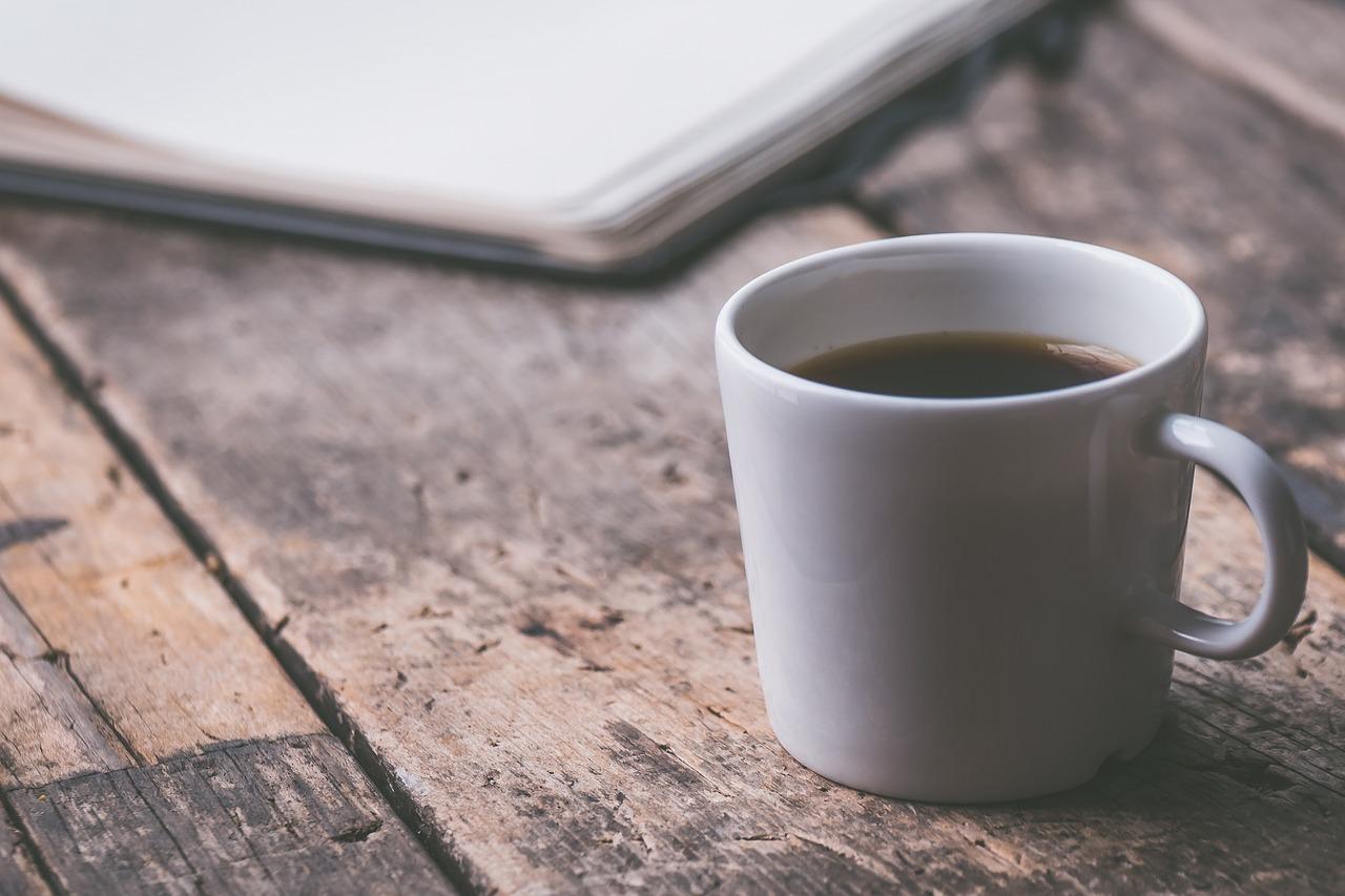 Versuche für einen besseren Schlaf abends auf koffeinhaltige Getränke wie Kaffee und schwarzen Tee zu verzichten.