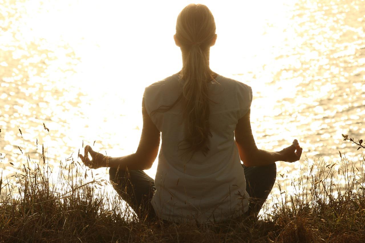Yoga hilft, dir Stress abzubauen.