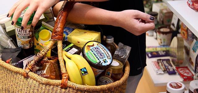 Wie wirksam ist Fairtrade? Korb mit Fairtrade-Produkten