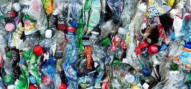 PET ist der typische Kunststoff, aus dem Getränkeflaschen bestehen.