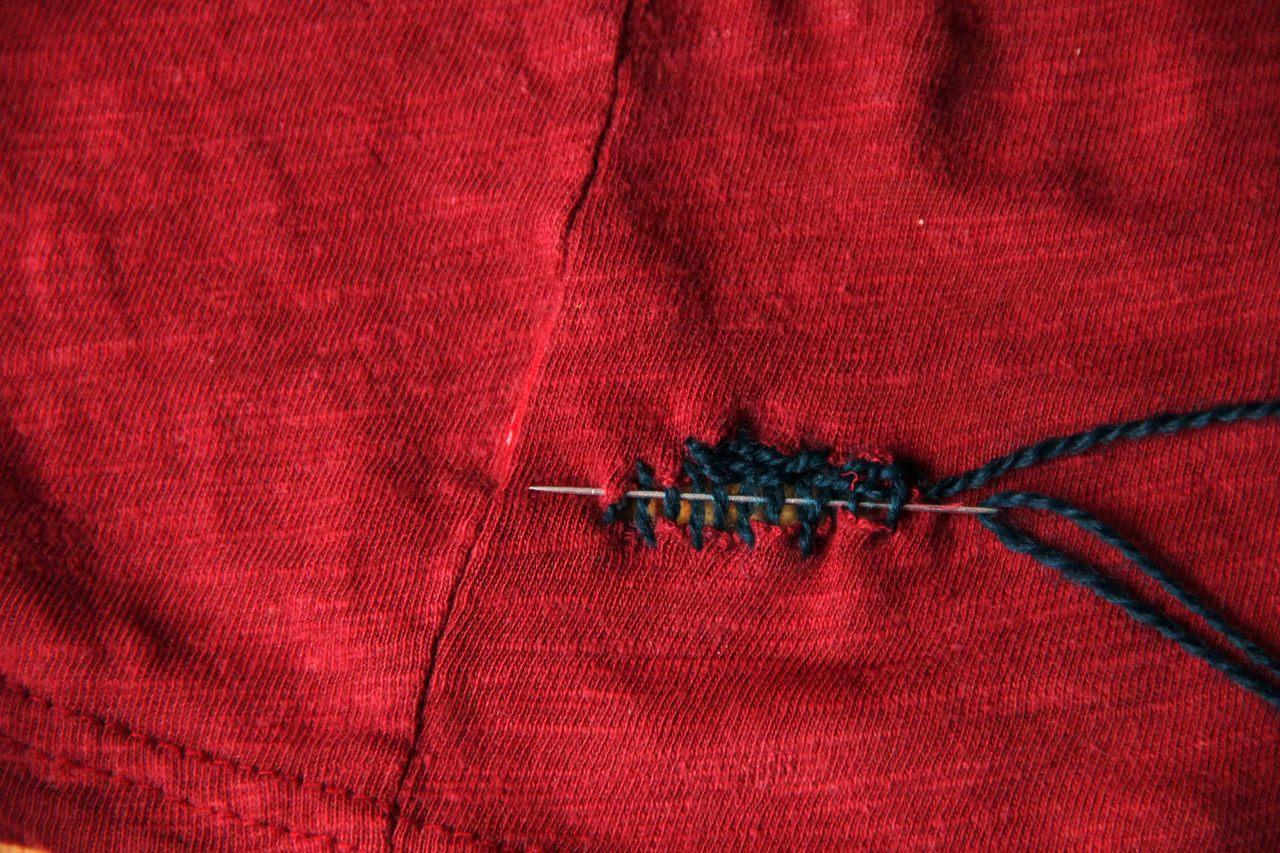 Webe immer abwechseln über und unter den Fäden hindurch.