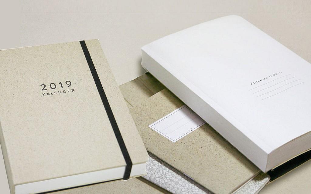 Schreibwaren und Kalender aus Graspapier von Kiss My World.