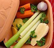 In einem Römertopf kannst du ganz einfach Gemüse garen.