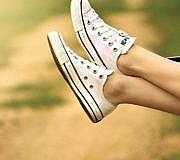 Mit der richtigen Pflege tragen dich deine Schuhe (und Füße) weit.