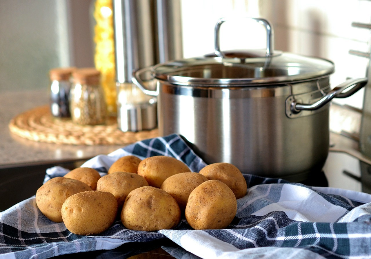 Teste mit einem Messer, ob die Kartoffeln bereits gar sind.