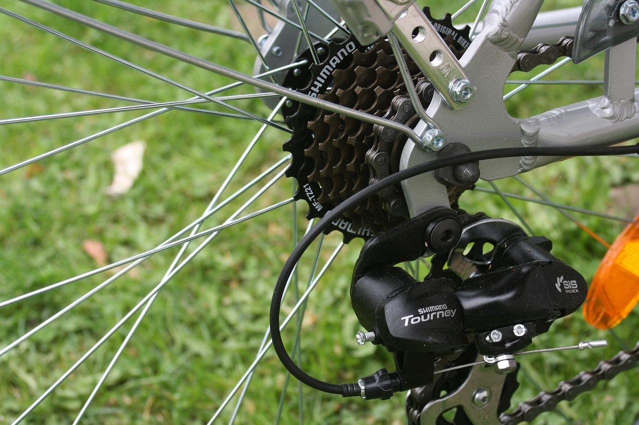 Wähle ein speziell für Fahrradketten geeignetes Schmiermittel, um die Lebensdauer deiner Kette zu erhöhen.