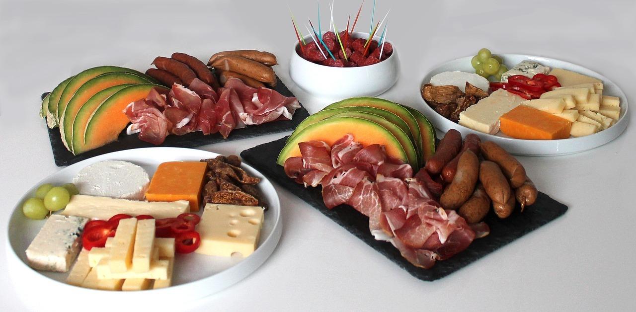 Neben selbst zubereiteten Tapas kannst du auch spanische Lebensmittel servieren.