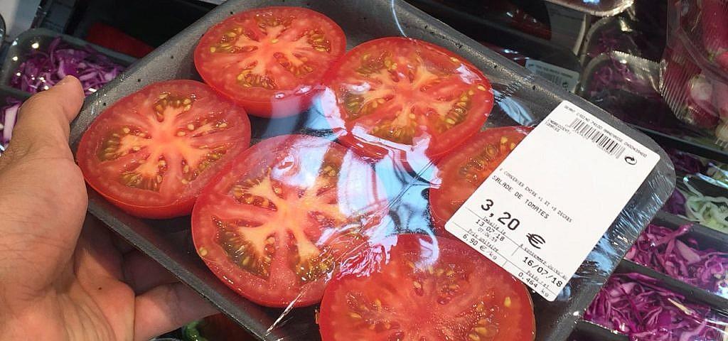 Supermarkt Plastik Tomaten aufgeschnitten
