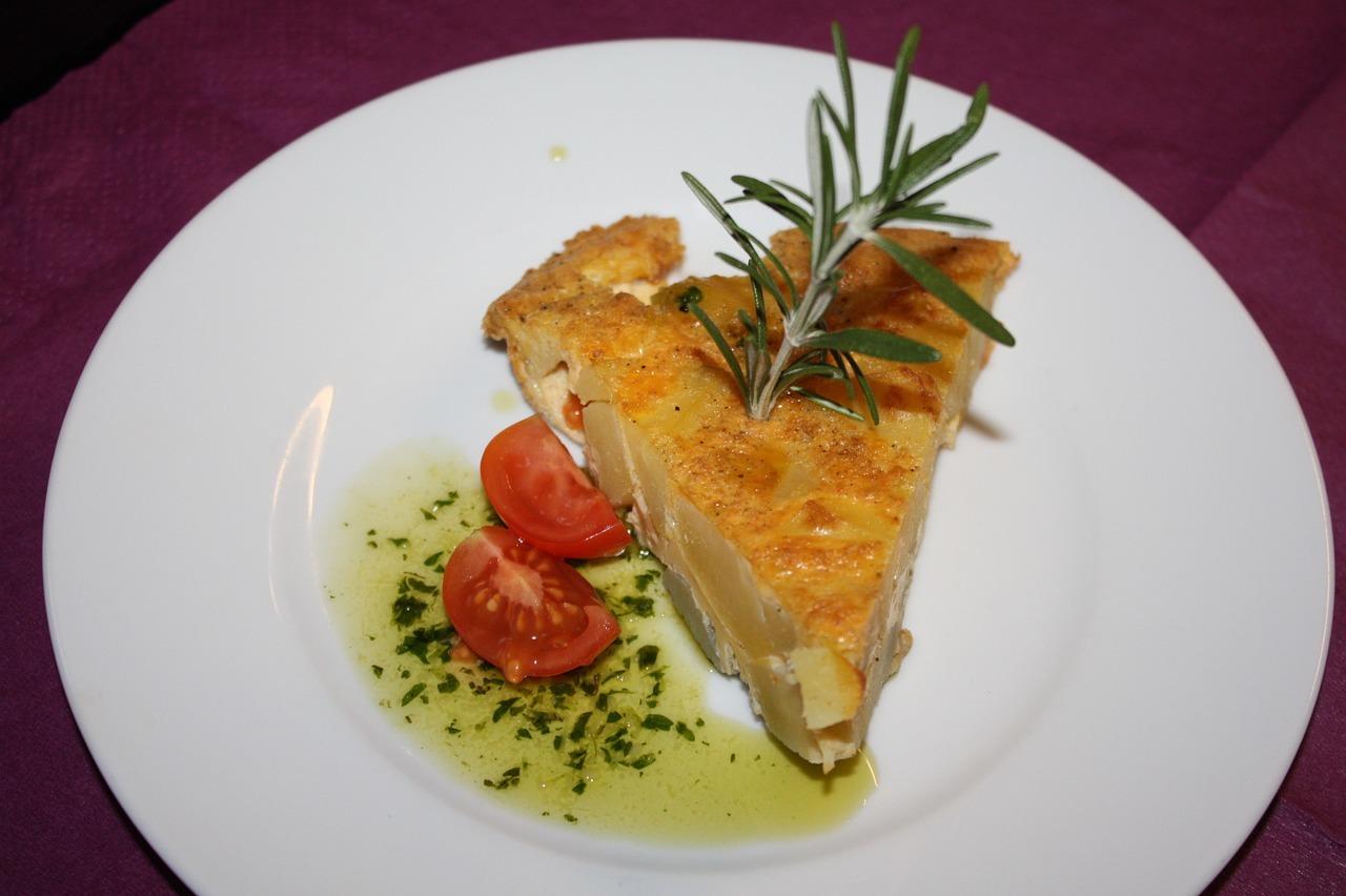 Tortilla des Patatas ist ein sehr beliebtes Tapas-Rezept. In Spanien darf es in keiner Tapas-Bar fehlen.