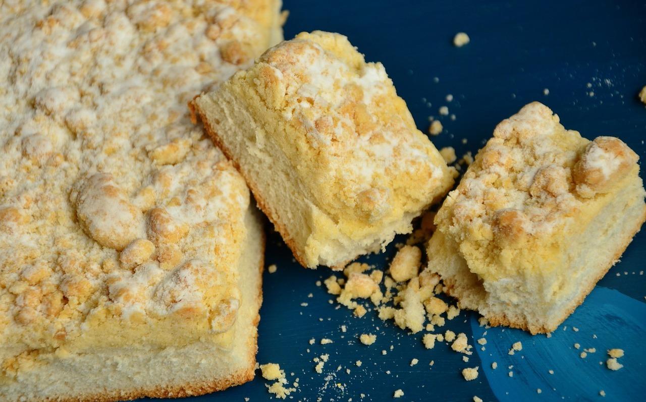 Wie wäre es mal mit einem veganen Blechkuchen mit Obst? Probier doch unser Rezept für Apfel-Streuselkuchen.