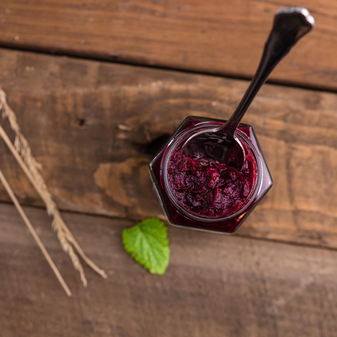 Aus schwarzen Johannisbeeren lässt sich gut eine leicht herb schmeckende Marmelade herstellen.