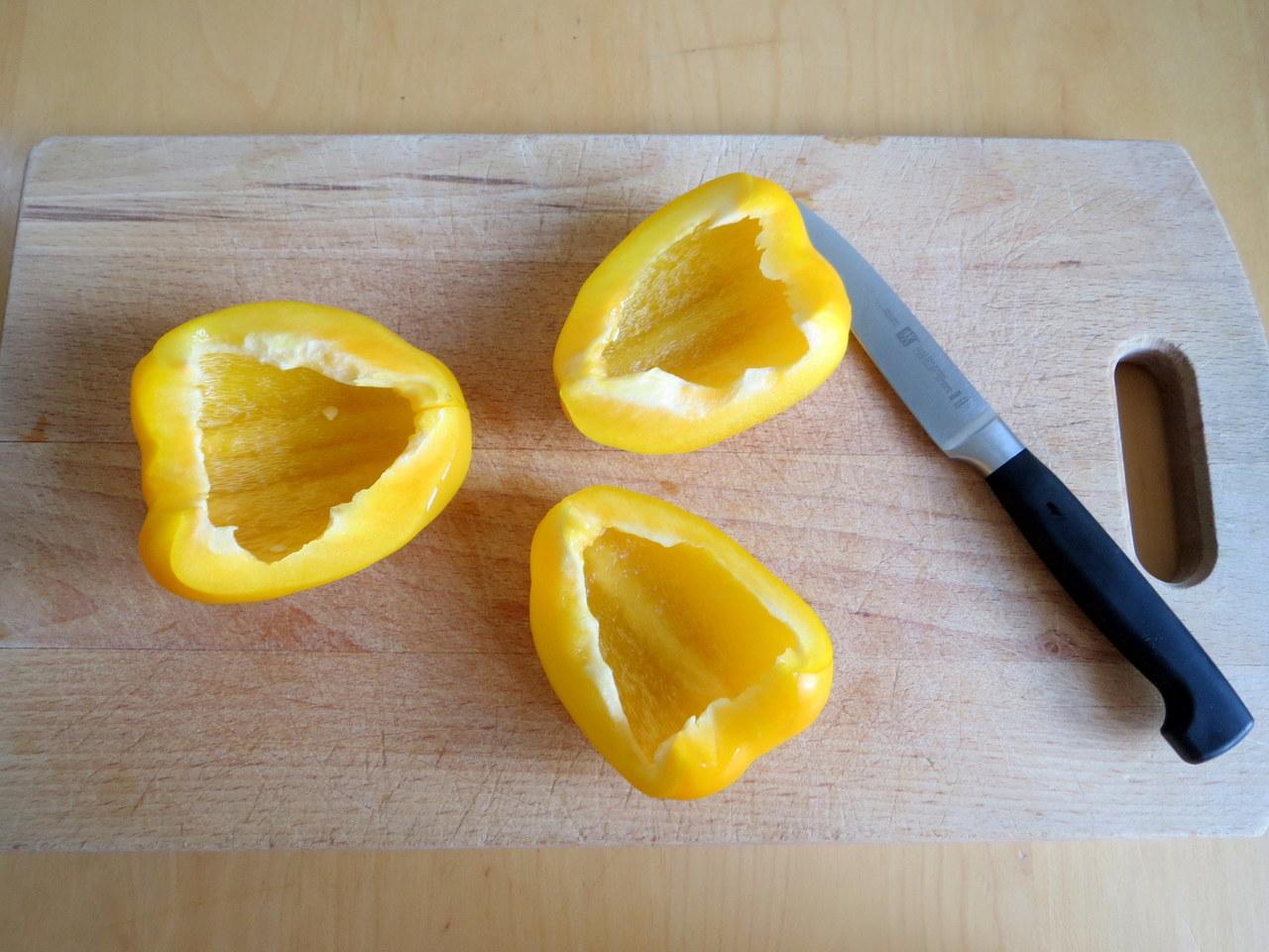 Bevor du die Paprika häutest, werden sie entkernt und gedrittelt oder geviertelt.