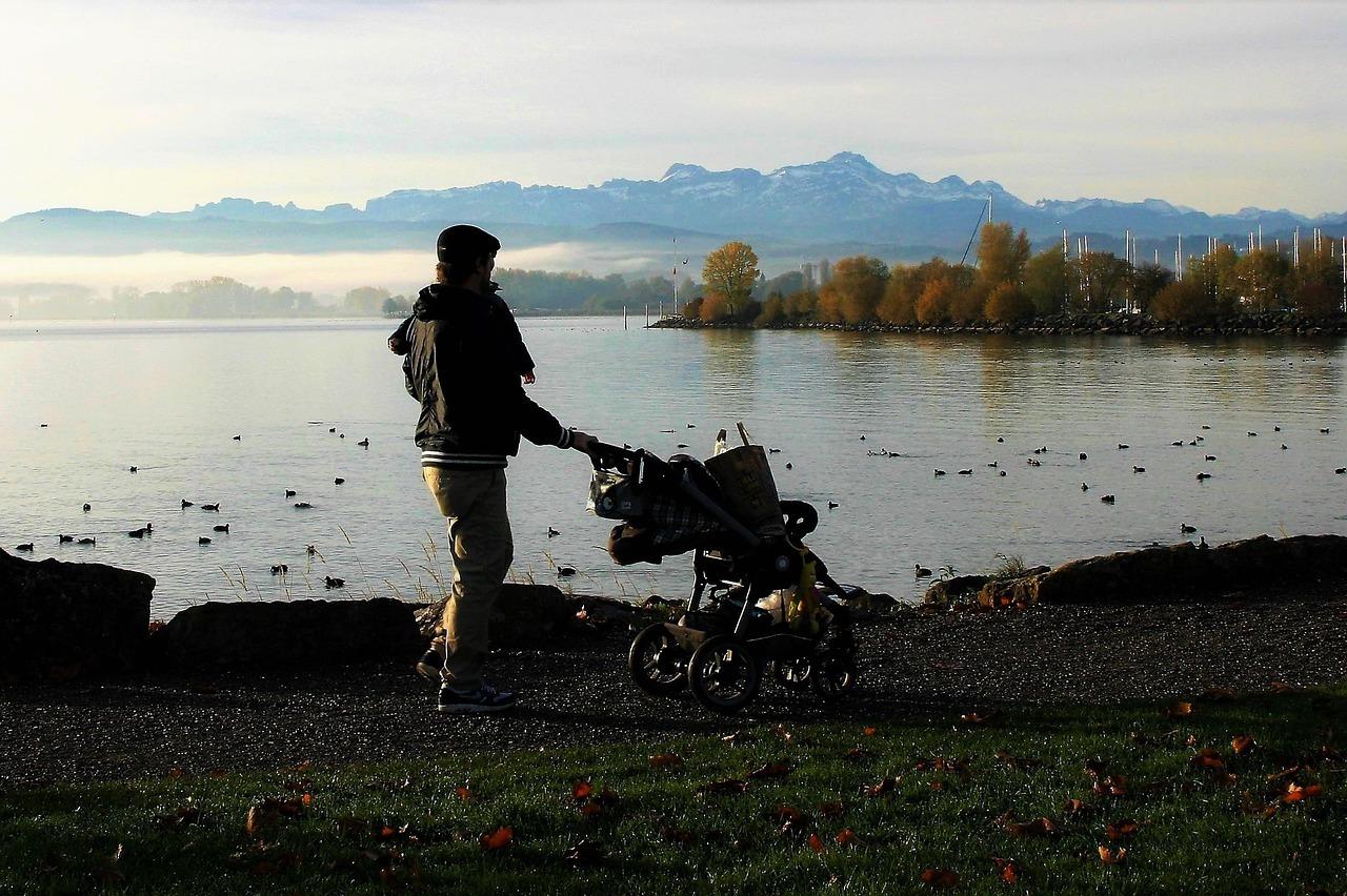 Ein Spaziergang an der frischen Luft kann deinem Baby Linderung verschaffen.